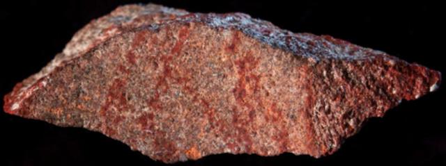 Lasca de pedra com traços ocre encontrada em escavação na África do Sul