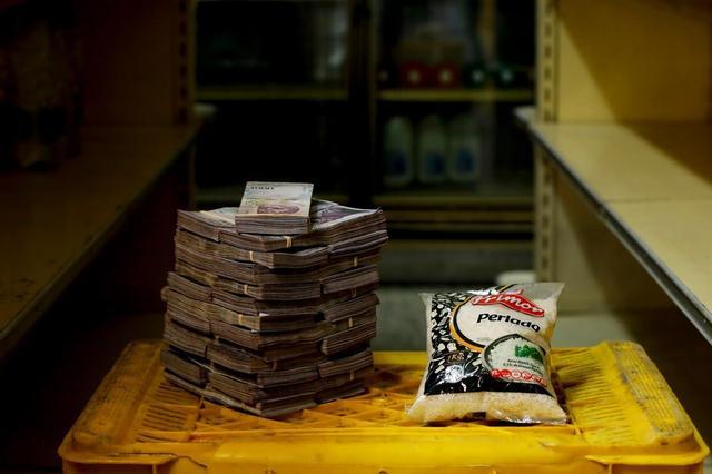 Para comprar um pacote de 1kg de arroz era necessário carregar 2,5 milhões de bolívares, equivalente a US$ 0,38 (R$ 1,54)