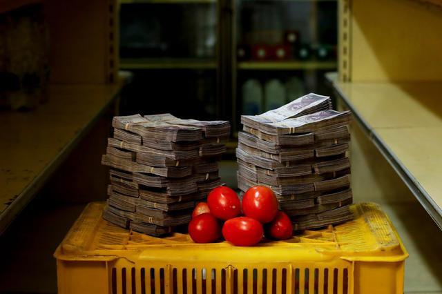 Um quilo de tomate custava aproximadamente 5 milhões de bolívares fortes, equivalente a US$ 0,76 (cerca de R$ 3)