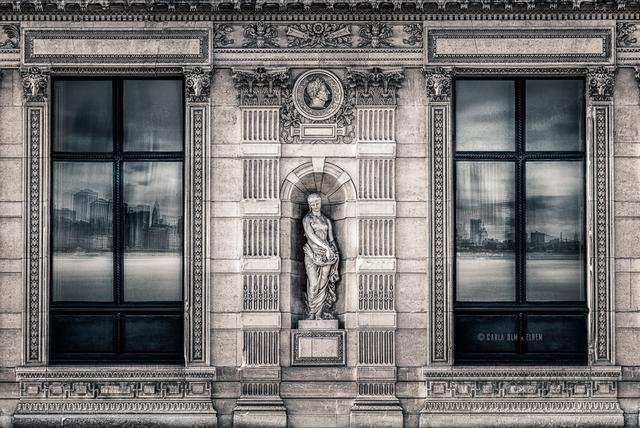 Janelas do Louvre (Paris) refletindo Manhattan (Nova York)