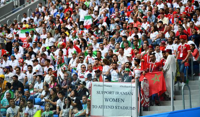 Mulheres iranianas protestaram durante a Copa pedindo liberdade para frequentarem estádios em seu país