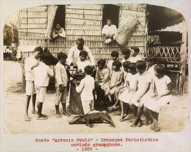 Crianças indígenas ouvindo gramofone, em  1926