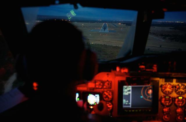 Avião militar com painel com luz laranja
