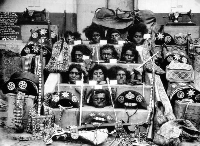 11 cabeças expostas em espécie de altar. No canto, placa com os nomes dos mortos. Em volta, diversos itens dos cangaceiros, como chapéus, arma, cartucheira, sela, máquina de costura.