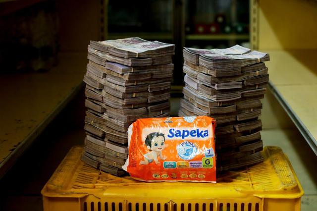 8 milhões de bolívares era o preço de um pacote de fraldas, valor equivalente a US$ 1,22 (R$ 4,94)