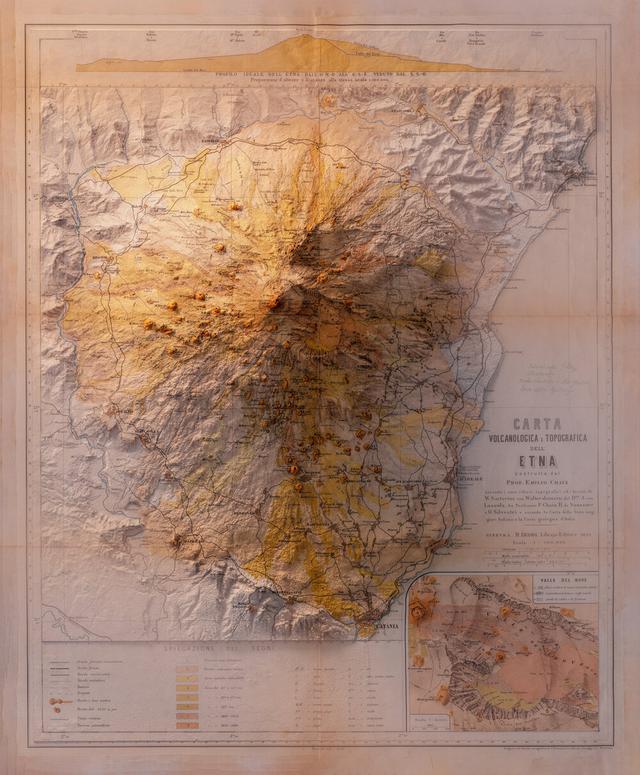 Mapa com tons amarelados mostrando os diferentes relevos do vulcão
