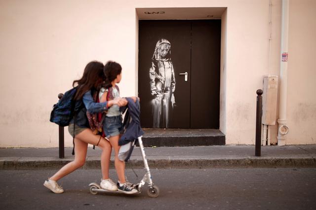 Estêncil de Banksy em portão do Bataclan, em Paris