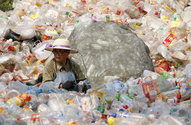 Chinesa trabalha em centro de reciclagem na cidade de Huaibei