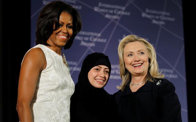 Michele Obama e Hillary Clinton entregaram prêmio a Samir Badawi (centro) em 2012