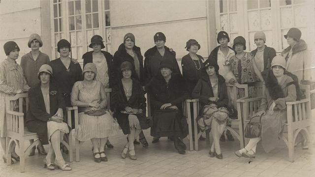Grupo de mulheres vestidas à moda dos anos 1920 e 1930 posando para foto