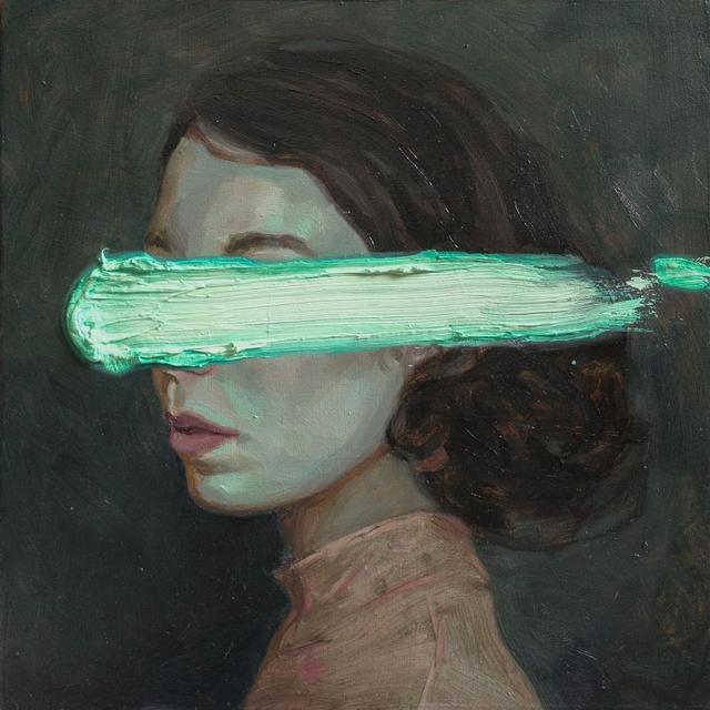 Retrato de mulher de perfil com a cabeça levemente virada para frente e um traço grosso de tinta verde-água sobre os olhos