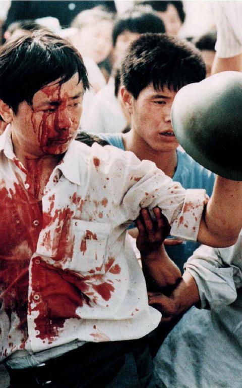 Manifestante ferido segura capacete militar durante protesto em Tiananmei