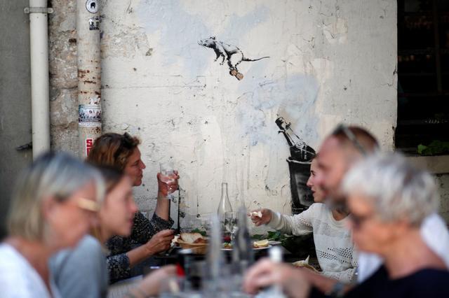 Rato de Banksy voa em rolha de champagne