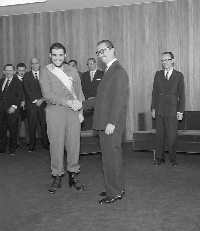 Jânio Quadros condecora Ernesto Che Guevara com a Ordem do Cruzeiro do Sul, em 1961