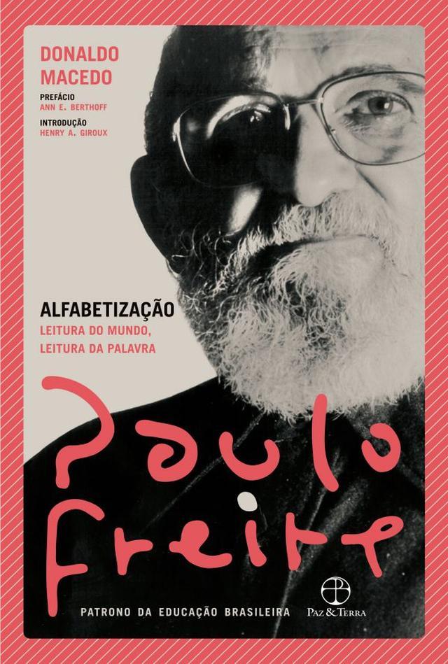 """Capa do livro """"Alfabetização"""", de Paulo Freire, estampada com um retrato do autor"""