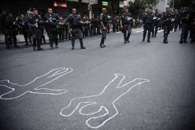 Moradores de comunidades carentes de Copacabana no Rio de Janeiro protestam pelo fim da violência policial nas favelas