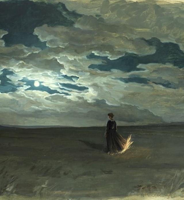 De costas para o espectador, mulher de vestido longo caminha em um campo amplo, debaixo de um céu com nuvens carregadas, com a barra de seu vestido pegando fogo.