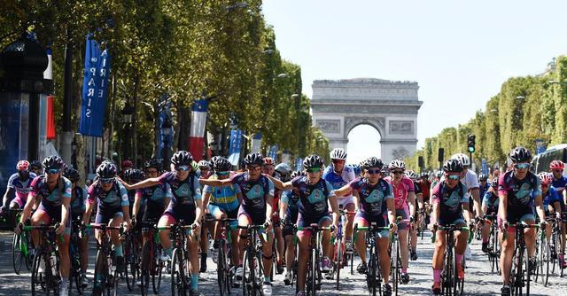 Chegada das 13 ciclistas do 'Donnons des elles au vélo' em Paris
