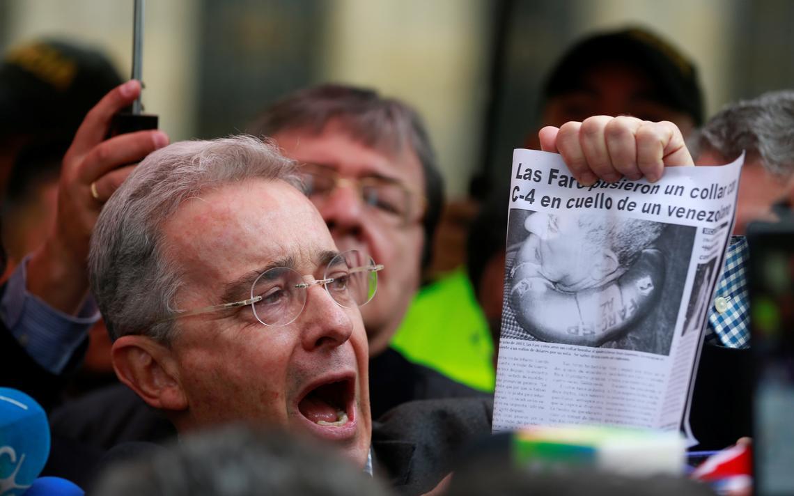 Álvaro Uribe exibe notícia contra as Farc