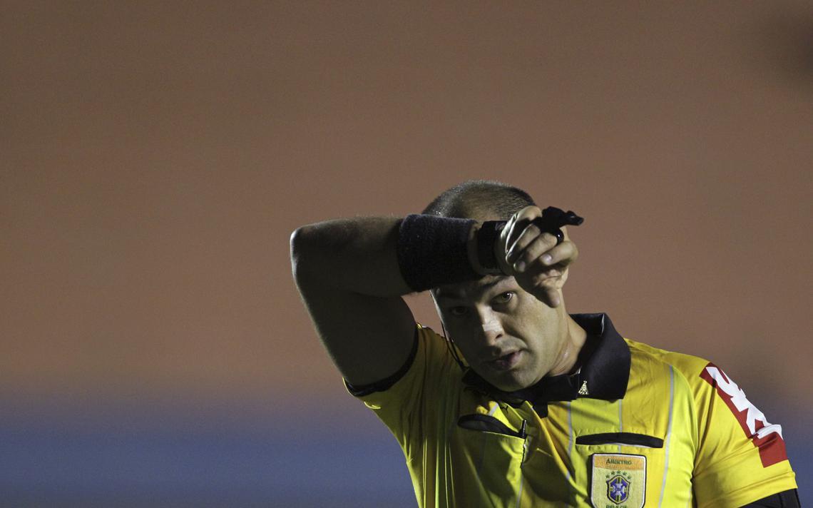 Árbitro carioca Grazianni Maciel Rocha, durante partida da Série A do Brasileirão em 2012