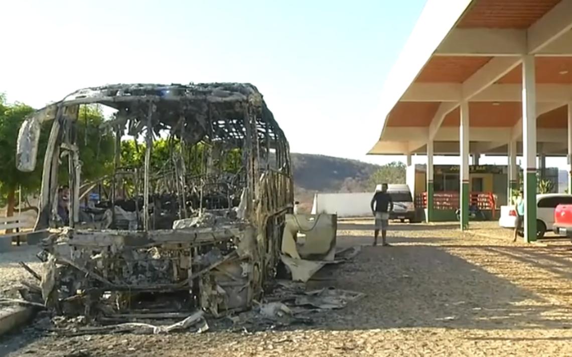 Carcaça de ônibus queimado em onda de ataques no Ceará