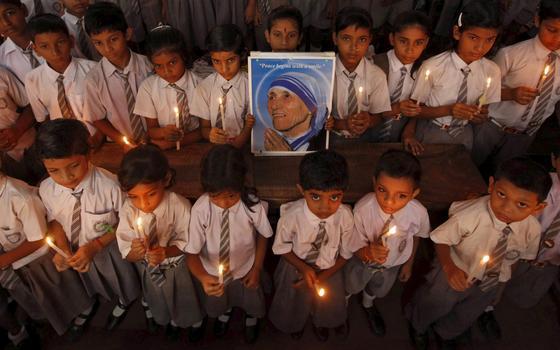 Madre Teresa vai virar santa. Mas há quem conteste sua trajetória