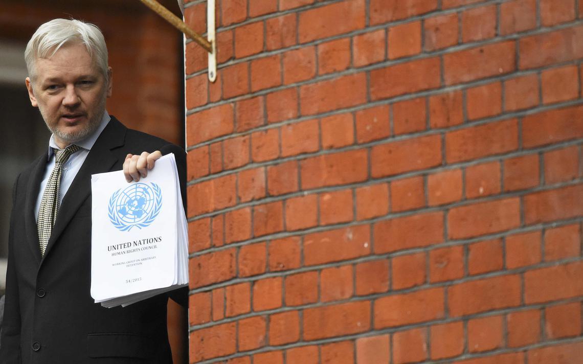 Julian Assange do lado de fora da embaixada do Equados em Londres, onde está asilado