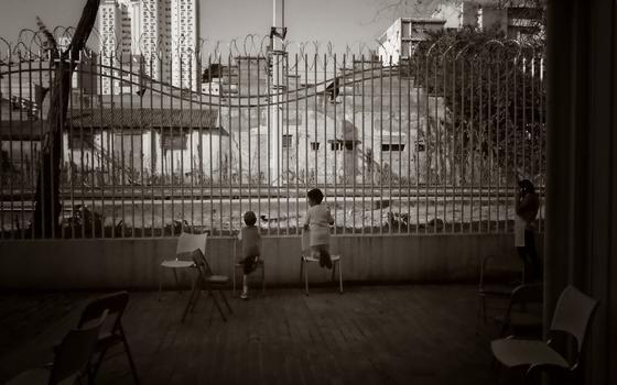 Crianças brasileiras são hipervigiadas. Qual o impacto sobre elas