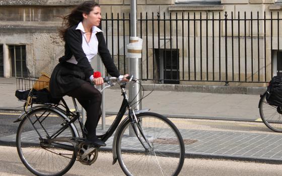 Para pedalar com mais segurança, aja como uma mulher