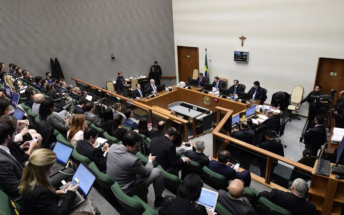Plateia cheia assiste a julgamento. À frente, ministros do STJ sentados à mesa expressam seus votos. Há um crucifixo na parede atrás deles.