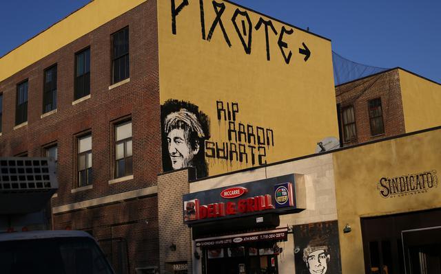 Graffiti em Nova York homanegeia o ativista Aaron Swartz, que se matou em 2013. O manifesto dele é uma prévia do Sci-Hub
