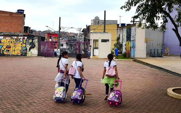 Alunas com suas mochilas em São Paulo