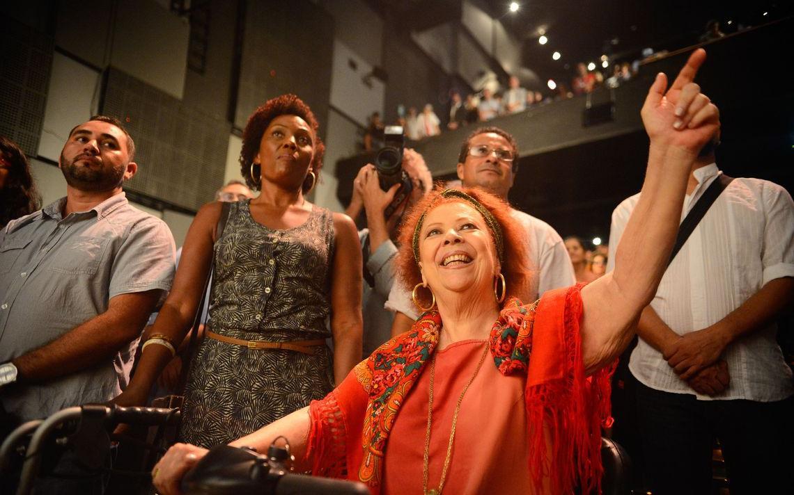 A cantora Beth Carvalho participa do ato Brasil pela Democracia, no Teatro Casa Grande, contra o processo de impeachment da presidenta Dilma Rousseff, em 2016