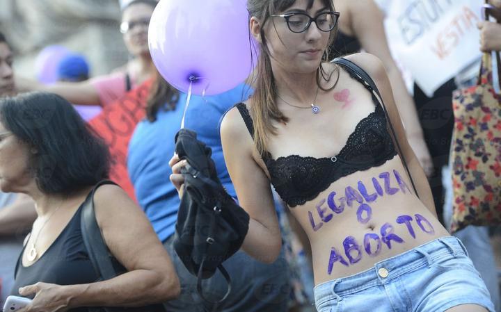 Mulheres protestam a favor do aborto na Assembleia Legislativa do Rio de Janeiro, em 2016