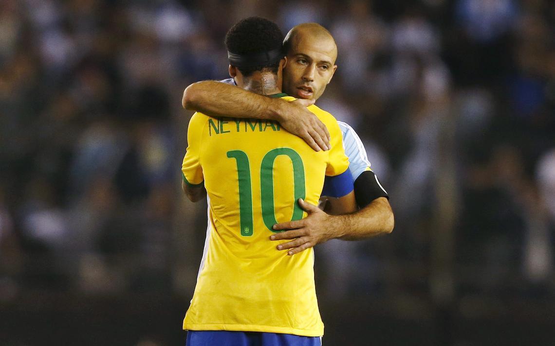 Neymar e Mascherano se abraçam após partida entre Brasil e Argentina
