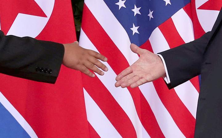 Mãos de Kim Jong-un e Donald Trump na hora do cumprimento no acordo em Singapura