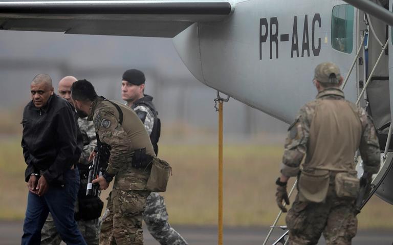 Agentes federais conduzem Adélio Bispo a prisão federal em Campo Grande, em setembro de 2018