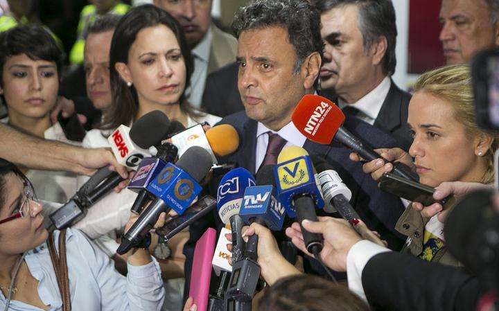 Aécio Neves fala com a imprensa em Caracas