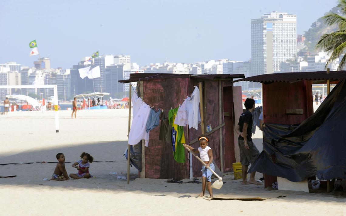 Protesto contra desigualdade em praia no Rio de Janeiro