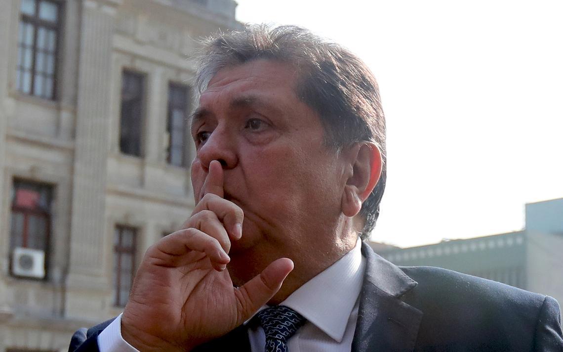 García coloca a mão na frenta da boca enquanto atende jornalistas.