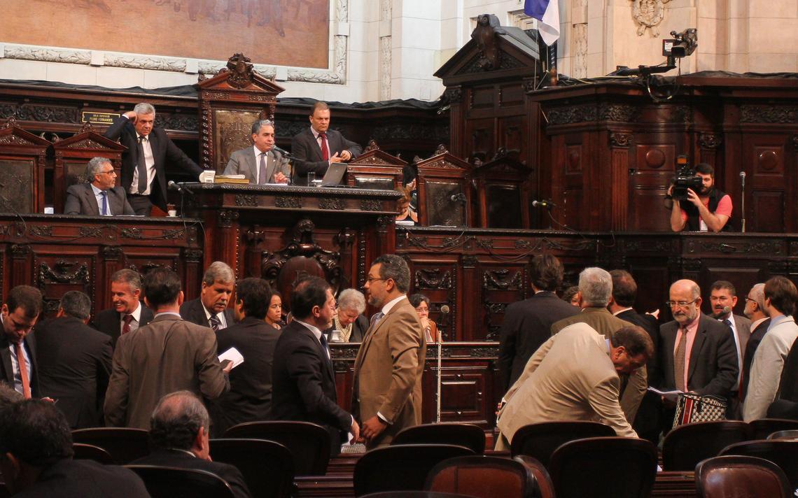 Deputados discutem projeto que institui o teto de gastos no Rio