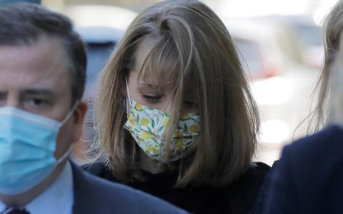 Atriz Allison Mack é condenada à prisão por participação em culto