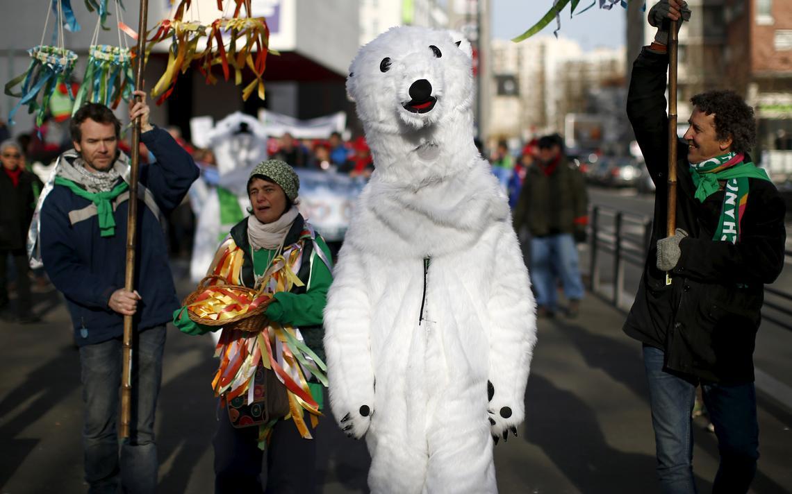 Ambientalistas protestam em Montreuil, próximo a Paris, em paralelo a conferência mundial sobre aquecimento global de 2015