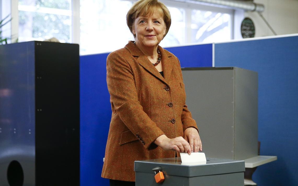 Líder do Partido União Democrata Cristã coloca cédula na urna