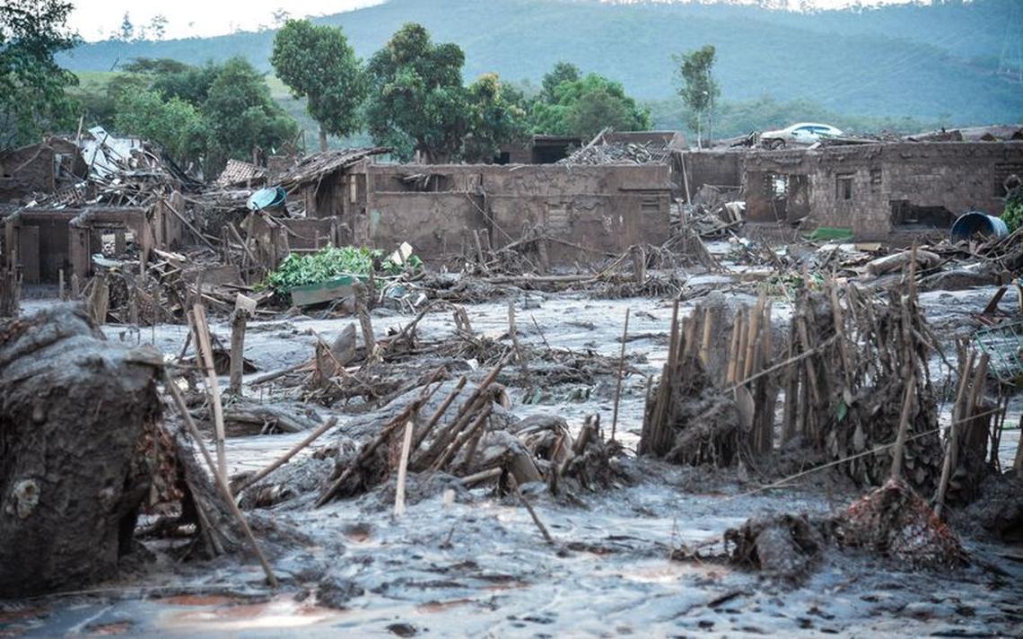 Cena de destruição após rompimento da barragem de Fundão