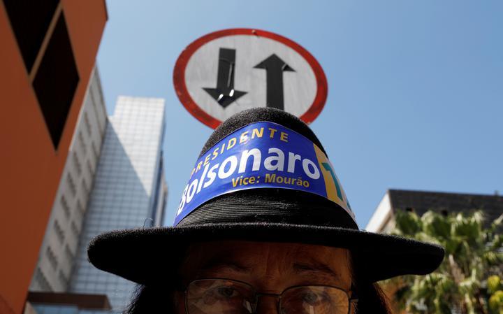 Um dos apoiadores de Bolsonaro em frente ao hospital Alberto Einstein