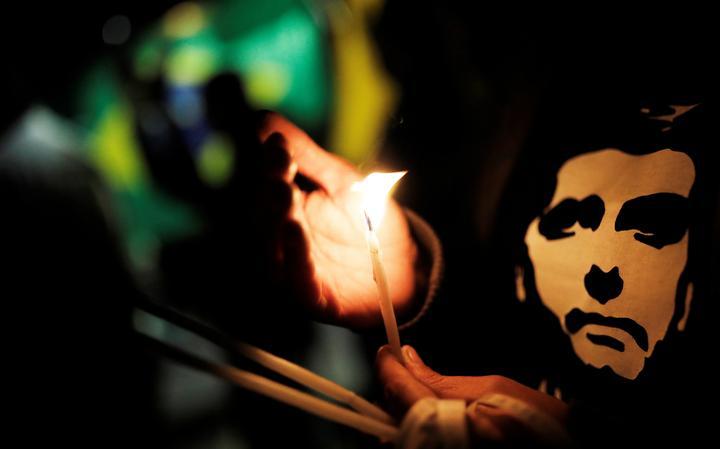 Apoiadores de Bolsonaro com velas em frente ao hospital Albert Einstein