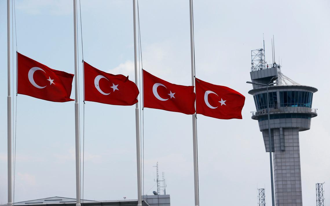 Bandeiras turcas em aeroporto