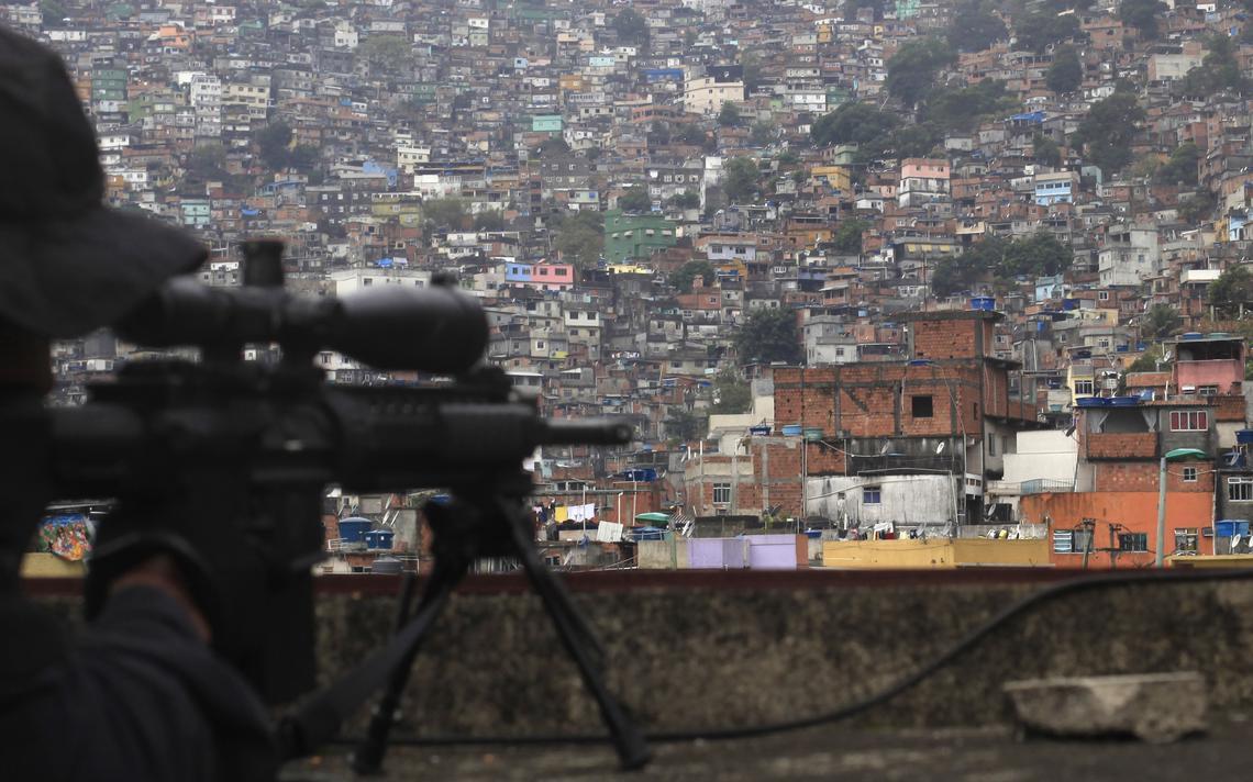 Atirador de elite mira a comunidade da Rocinha, no Rio de Janeiro, em meio às preparações para a Copa, em 2014