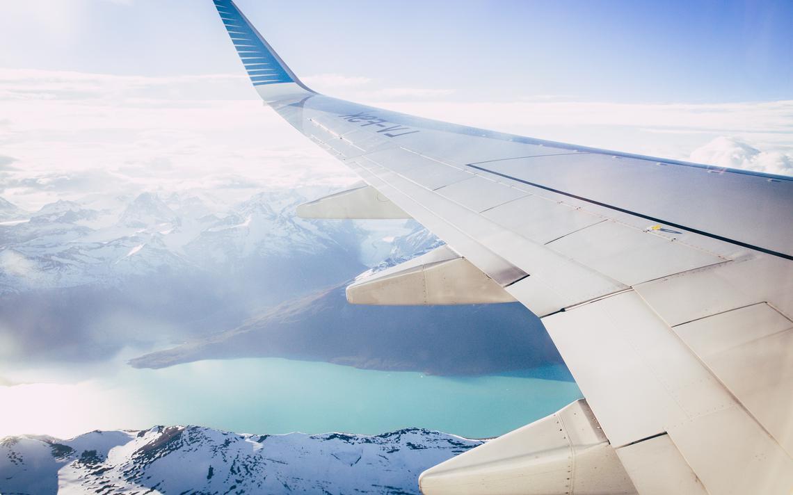 Avião sobrevoa a geleira Perito Moreno, na região da Patagônia, sul da Argentina